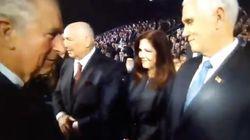 Face aux moqueries, le prince Charles dément avoir snobé Mike Pence dans cette