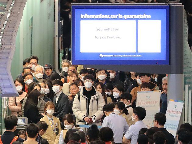 설 연휴 첫날인 24일 오전 인천국제공항 제1여객터미널에서 마스크를 쓴 해외여행객들이 출국장을 나서고