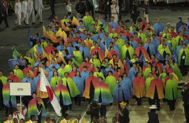 シドニーオリンピック開会式。色とりどりのカラフルなマントが話題になった(2000年)