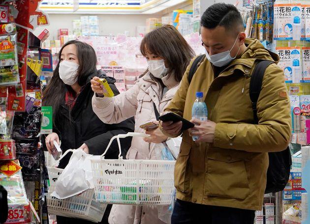 マスクをして買い物をする外国人観光客。24日からの春節(旧正月)大型連休を前に、海外旅行など人の移動が始まっている。新型コロナウイルスによる肺炎で深刻な被害が出ている中国湖北省武漢市は感染拡大を防止するため空港や鉄道駅を閉鎖した(東京都中央区)