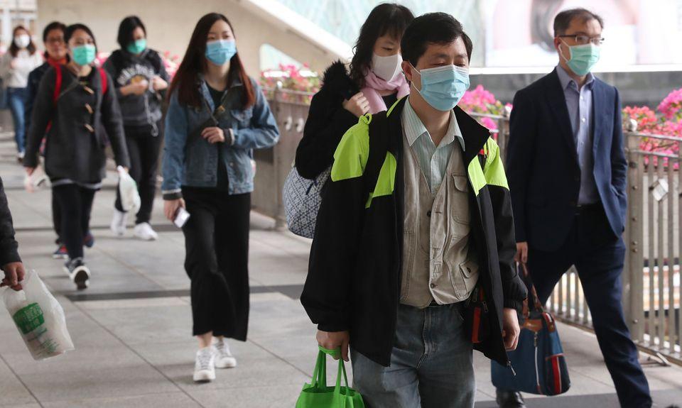 L'inquiétude face au nouveau coronavirus dépasse les frontières de Wuhan, comme...