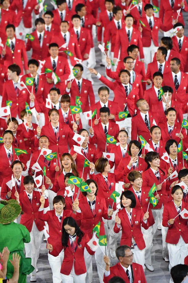 リオデジャネイロ五輪の開会式で入場行進する卓球女子の福原愛ら日本選手団(2016年)