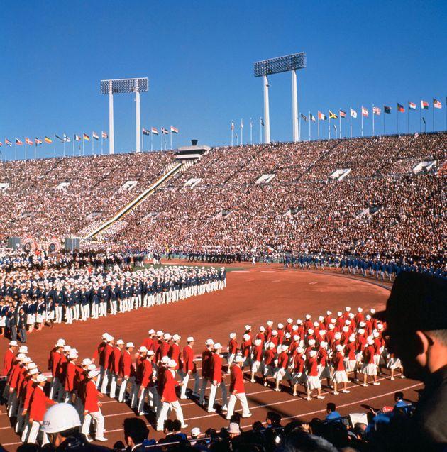 東京オリンピックの開会式で入場行進する日本選手団(1964年・旧国立競技場)