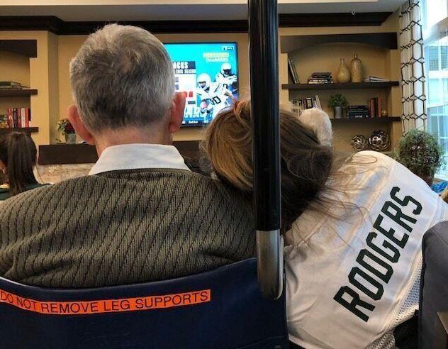 著者のキャリー・フリードマンさんと、その父がアメフトを観戦する様子。2019年11月3日撮影。