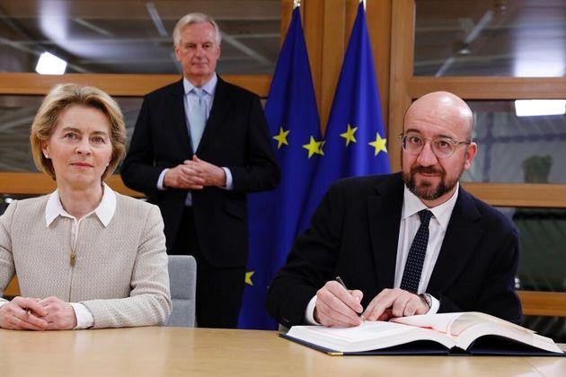 Ursula Von der Leyen y Michel Barnier firmando el acuerdo del
