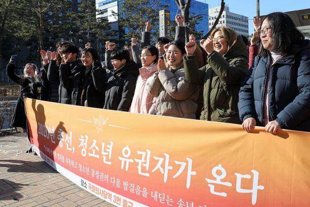 청소년들과 시민사회단체 등으로 구성된 촛불청소년인권법제정연대원들이 31일 오후 서울 여의도 지하철 국회의사당역 앞에서 만 18세 선거권 쟁취를 자축하며 기뻐하고
