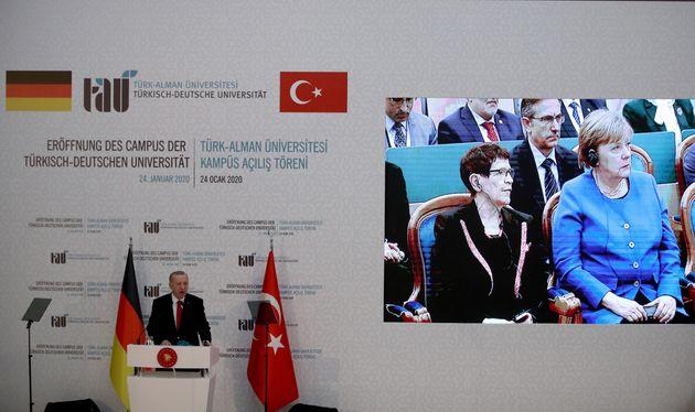 Η Καγκελάριος της Γερμανίας Αγκελα Μέρκελ αντιδρά ξαφνιάζοντας με τον ενθουσιασμό της καθώς δέχεται εθιμοτυπικά δώρα από τον Τούρκο Πρόεδρο Ταγίπ Ερντογάν στην Κωνσταντινούπολη, στις 24 Ιανουαρίου 2020. Tolga Bozoglu/Pool via REUTERS
