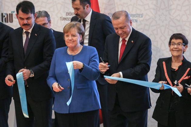 Η Καγκελάριος της Γερμανίας Αγκελα Μέρκελ κόβει κορδέλα στα εγκαίνια Τουρκο-Γερμανικού Πανεπιστημίου τον Τούρκο Πρόεδρο Ταγίπ Ερντογάν στην Κωνσταντινούπολη, στις 24 Ιανουαρίου 2020. Ahmed Deeb/Pool via Reuters