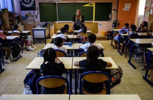 Les enfants et leur nouvelle enseignante le premier jour de la rentrée scolaire, à l'école...