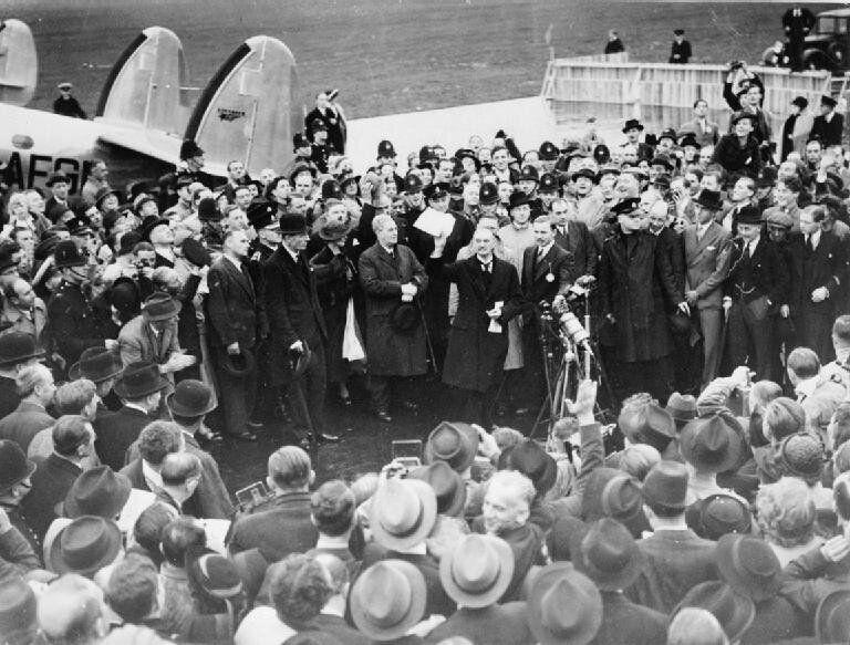 30 Σεπτεμβρίου 1938: Επιστρέφοντας στο Λονδίνο ο Νέβιλ Τσάμπερλεν επιδεικνύει την υπογραμμένη δεύτερη...
