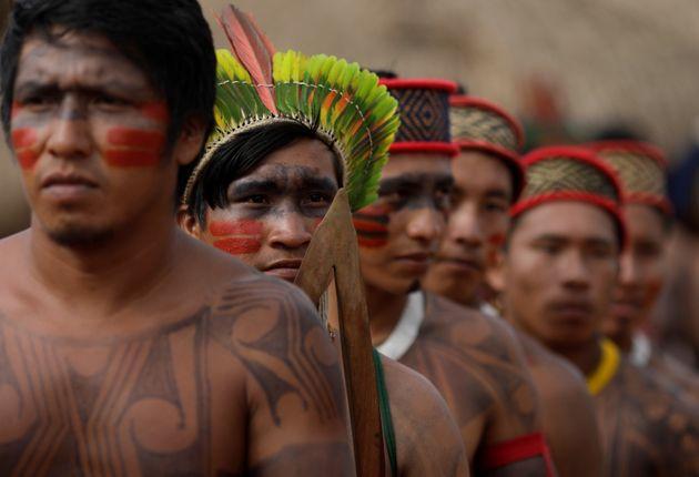 Homens indígenas da tribo Yudja são retratados durante um pow wow -- evento específico...