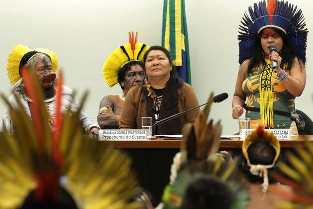 A lider indígena Sonia Guajajara (à dir.) fala durante evento na Câmara dos Deputados,...