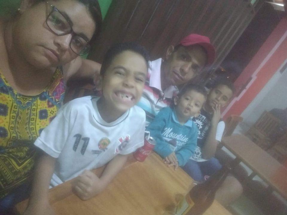 Michele, os três filhos e o marido: