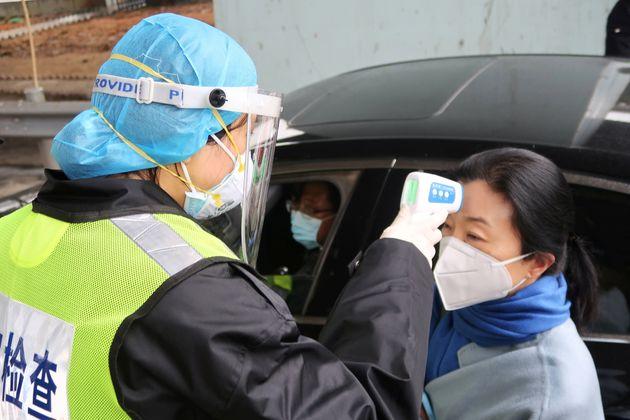 Les autorités chinoises multiplient les contrôles face à l'épidémie...