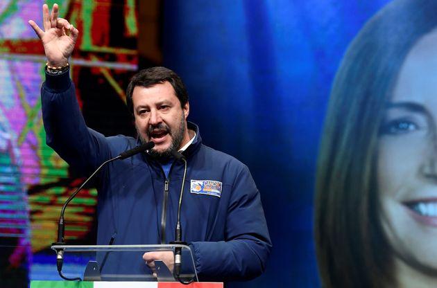 Salvini deborda sui social, noncurante del silenzio
