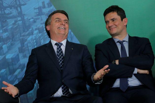 O presidente Jair Bolsonaro (à esq.) e o ministro da Segurança, Sérgio Moro, durante...