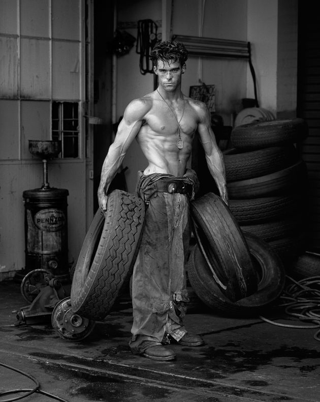 HERB RITTS Fred con I pneumatici/Fred with Tires, the Body Shop, Los Angeles, 1984 © Herb Ritts...