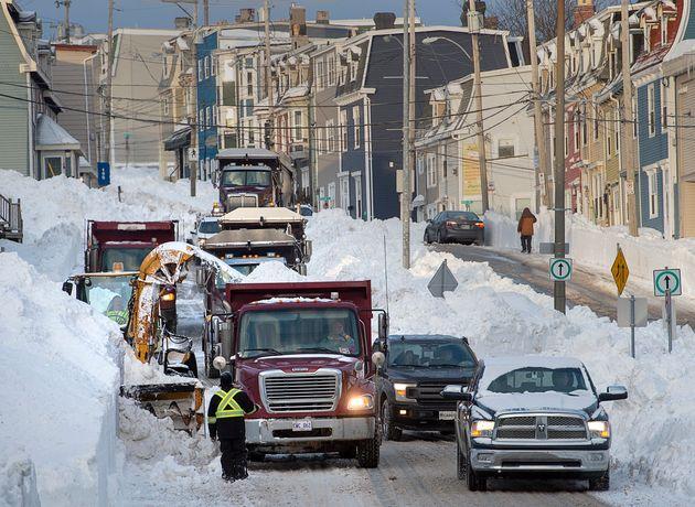 労働者は、1月にセントジョンズの路上から雪を取り除き続けます。