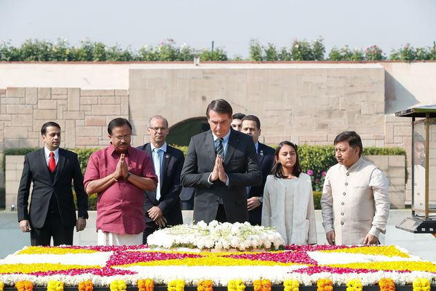 Jair Bolsonaro (ao centro) em cerimônia no túmulo de Mahatma Gandhi, considerado herói...
