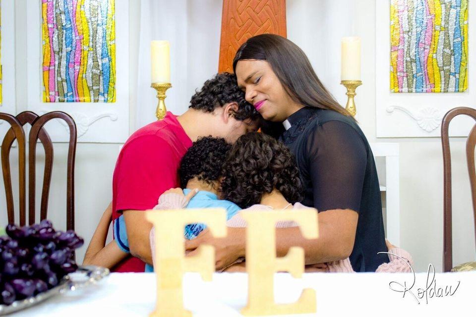 Alexya e seus três filhos Gabriel, Ana e