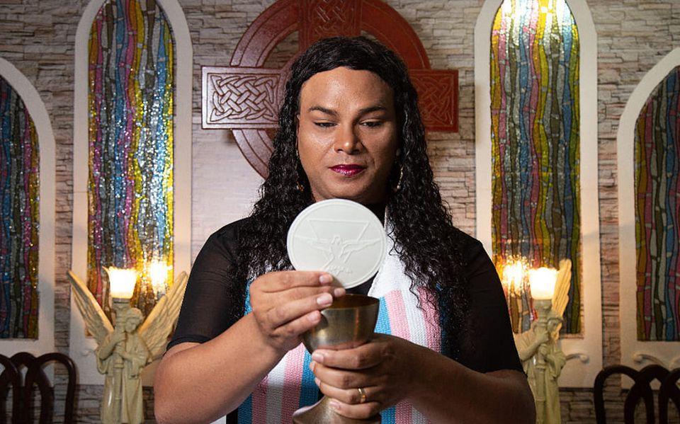 Alexya frequentou a igreja católica como homem gay até os 28 anos, chegou a cursar seminário...