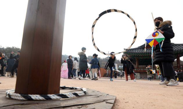 자료사진: 설날인 25일 오후 서울 중구 남산골 한옥마을에서 시민들이 고리던지기를 하고 있다.