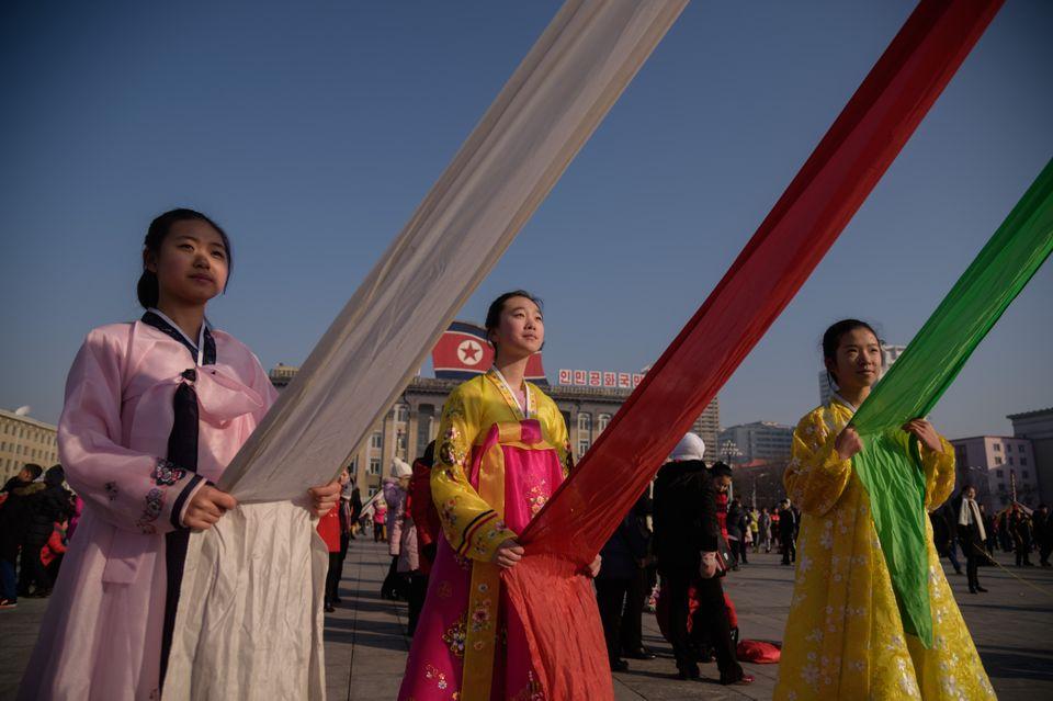 기둥에 천을 묶은 메이폴(maypole) 춤 행사를 위해 준비하는