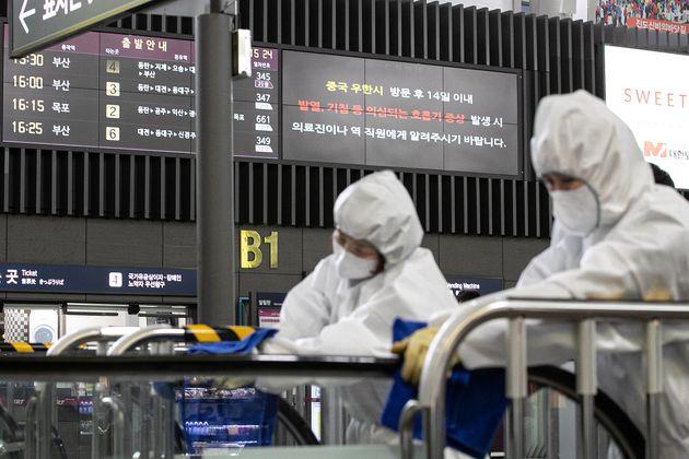 25일 오후 서울 강남구 수서역 전광판에 우한 폐렴 관련 안내가 나오고