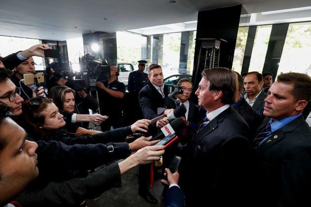 Bolsonaro fala com a imprensa durante chegada ao hotel Oberoi, em Nova D;ekhi, na