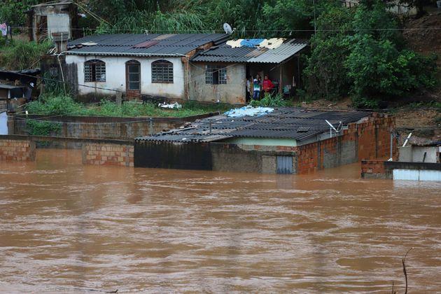 Vista de casas inundadas por fortes chuvas no município de Sabará, Minas Gerais, Brasil,...