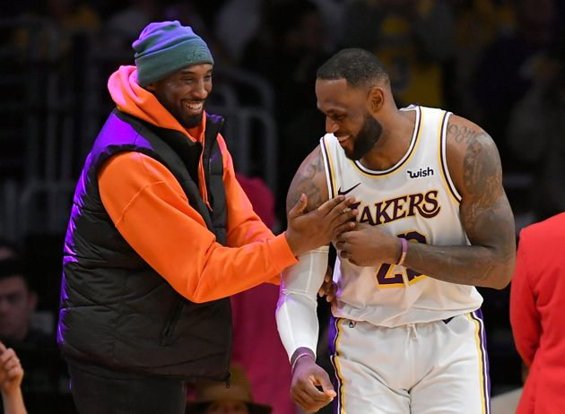 LeBron James (à dir.) em momento descontraído com Kobe Bryant, em jogo do Lakers contra...