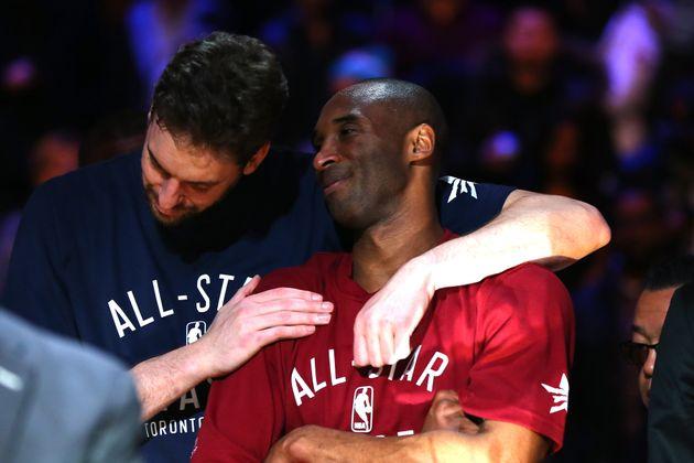 Pau Gasol y Kobe Bryant se abrazan en un All-Star de la