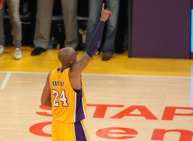 Kobe Bryant, le 13 avril 2016, lors du dernier match de sa carrière où il lancera son fameux...
