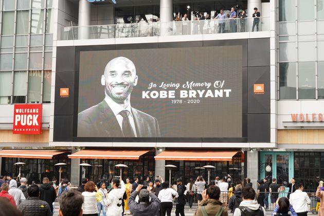 グラミー賞授賞式が開かれるステイプルズセンターの屋外には、ブライアント氏を追悼するメッセージが掲げられた