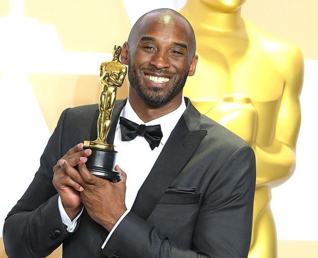 Kobe Bryant posando con su Oscar el 4 de marzo de