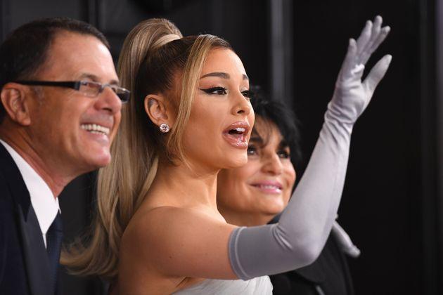 Ariana Grande et ses parents Joan Grande et Edward Butera sur le tapis rouge des Grammy Awards 2020,...