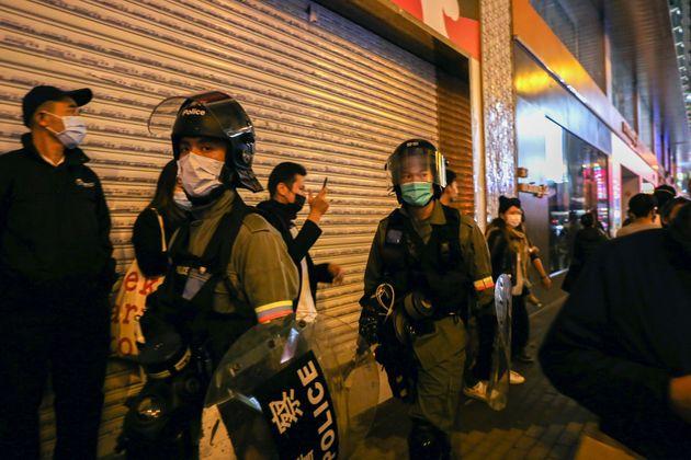 Βόμβα σε νοσοκομείο και μολότοφ σε κτίριο καραντίνας στο Χονγκ