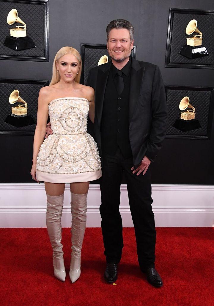 Η Γκόουεν Στεφάνι με Versace και ο συζυγός της Μπλέικ Σέλτον.