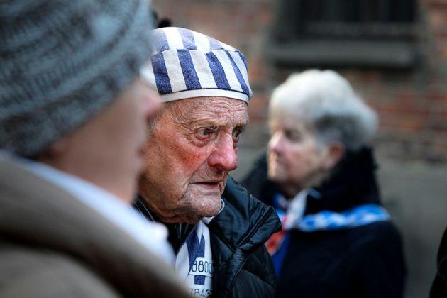 Un superviviente participa en los actos de recuerdo de la liberación del campo de Auschwitz, en...