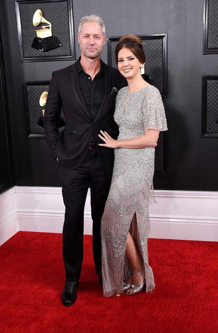 Η Λάνα Ντελ Ρέι με φόρεμα από το...εμπορικό κέντρο και ο σύντροφός της Σιν Λάρκιν.