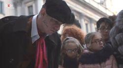 Un artista di strada si aggira per le vie di Milano. A sorpresa Achille Lauro in piazza Duomo