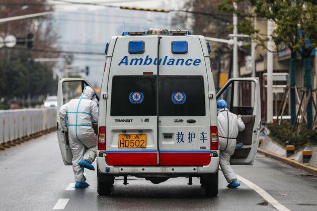 2020年1月26日に撮影されたこの写真は、医療スタッフが防護服を着て、...