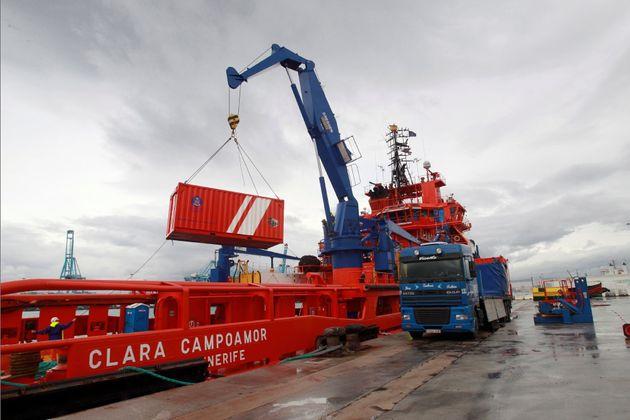 Llegada al puerto de Algeciras, este sábado, del robot articulado de Salvamento Marítimo que se va a...