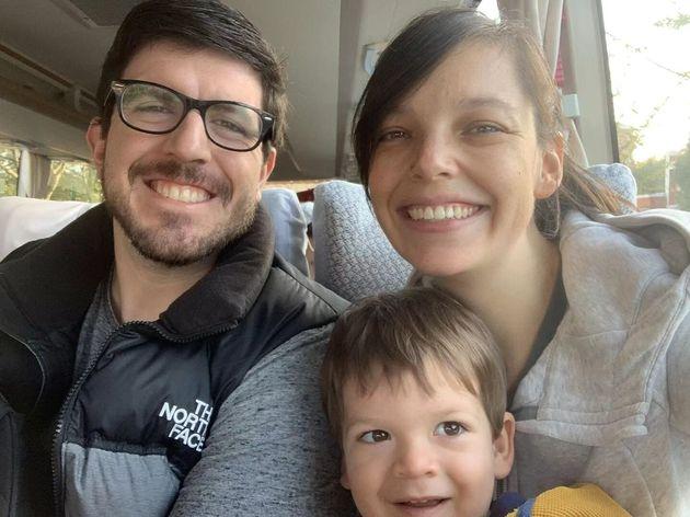 トム・ウィリアムズ、彼の妻、ローレン、および息子、ジェームズは、この日付のない配布物の写真で見られます。ウィリアムズは言う...