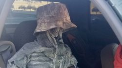 Detenido un conductor por llevar esto en el asiento del copiloto para poder circular por el carril