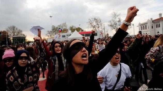 Mujeres turcas protestando por la cláusula