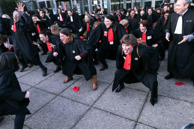 Des avocats ont intenté une action sur le parvis du tribunal de grande instance de Bobigny, le...