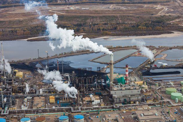 Une raffinerie de pétrole en bordure de la rivière Athabasca, à Fort McMurray en...