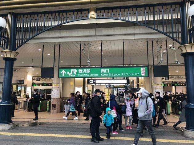 28日午前のJR舞浜駅。これからパークに向かうとみられる来園者の多くがマスクを着用していた