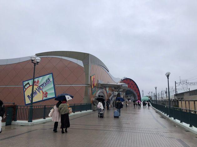 28日午前、JR舞浜駅から東京ディズニーリゾートへと向かう人々